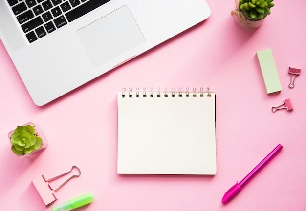 Schreibtischdesign mit leerem notizbuch Kostenlose Fotos