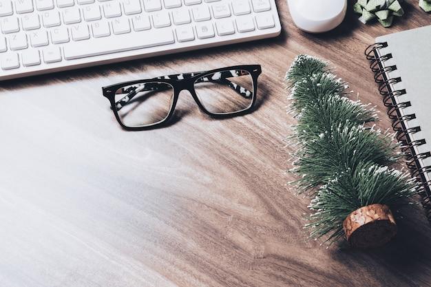 Schreibtischkonzept der frohen weihnachten und der guten rutsch ins neue jahr. Premium Fotos