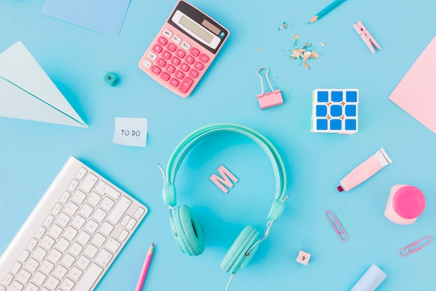 Schreibwaren in der nähe von verschiedenen gadgets Kostenlose Fotos