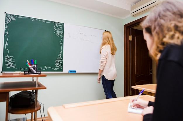 Schüler, der anmerkungen nach lehrer macht Kostenlose Fotos
