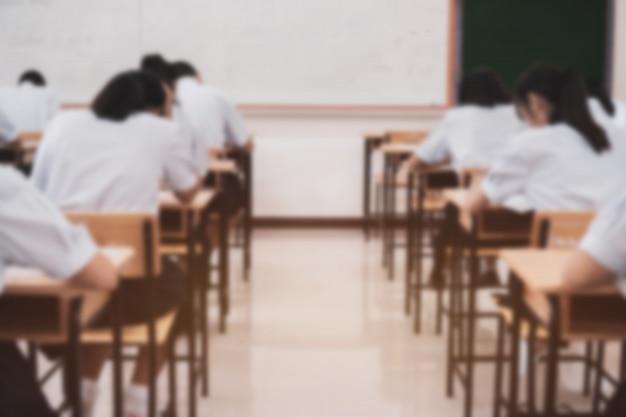 Schüler, die eine pädagogische prüfung oder eine zulassungsprüfung mit ernsthaftem denken ablegen Premium Fotos