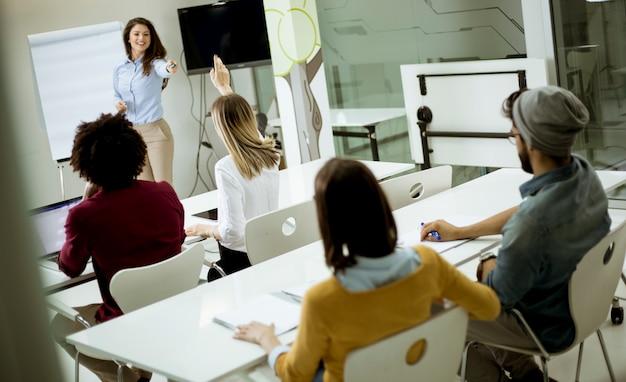 Schüler heben die hände, um die frage während des workshops zu beantworten Premium Fotos