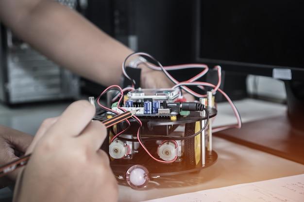 Schüler lernen stem-bildungsrobotik zur erstellung von projektstudien Premium Fotos
