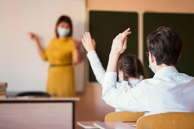 Schüler und lehrer mit maske Kostenlose Fotos