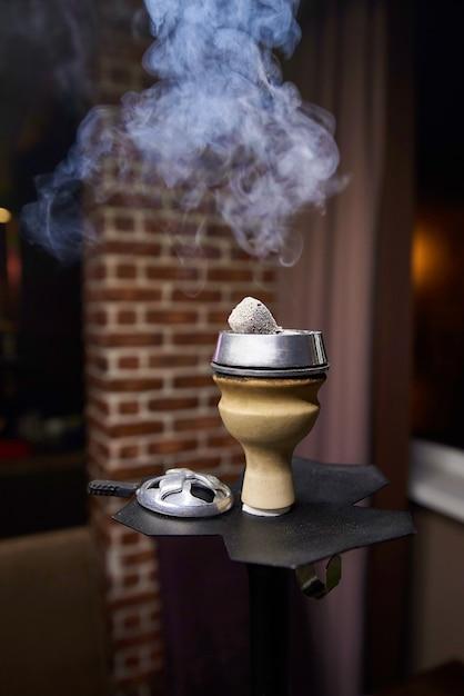 Schüssel der huka mit einer rauchwolke nah oben Premium Fotos