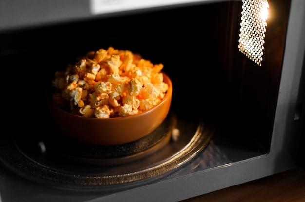 Schüssel eines köstlichen popcorns in der mikrowelle Premium Fotos