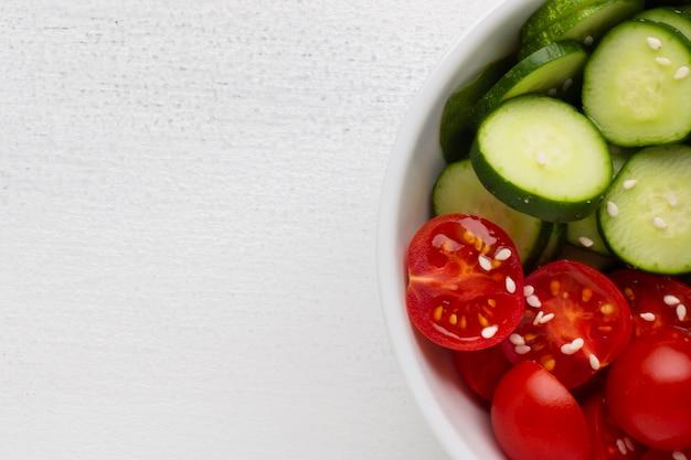 Schüssel frischer salat mit kopienraum Kostenlose Fotos