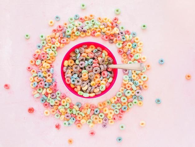 Schüssel getreide im runden rahmen von den cornflakes Kostenlose Fotos