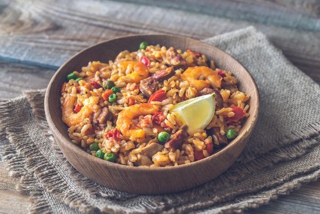 Schüssel huhn und chorizo paella Premium Fotos