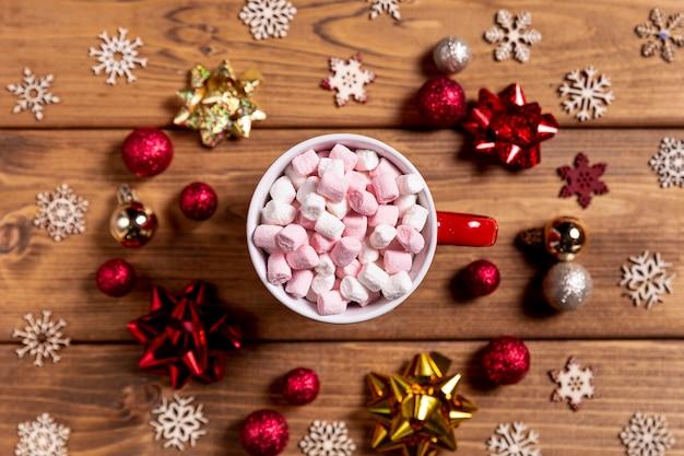 Schüssel mit eibischen und weihnachtsdekorationen Kostenlose Fotos