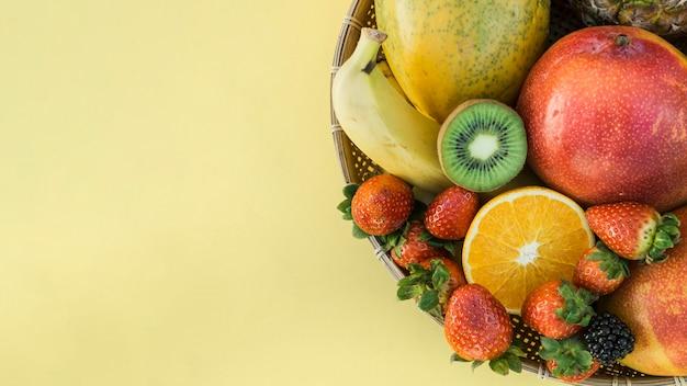 Schüssel mit gesunden tropischen früchten Kostenlose Fotos