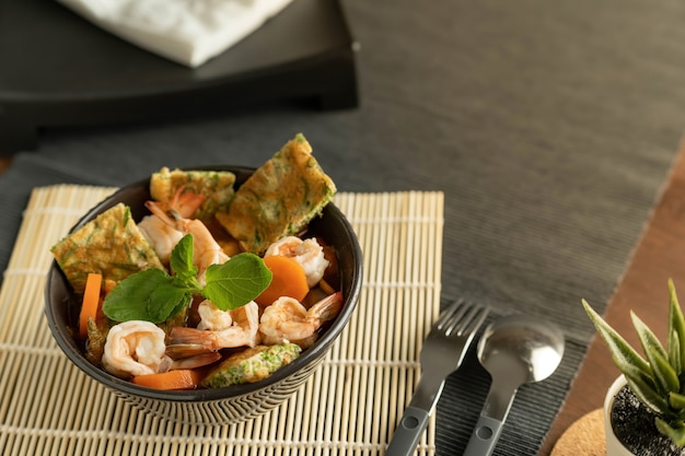 Schüssel mit meeresfrüchtesalat auf dem tisch Premium Fotos