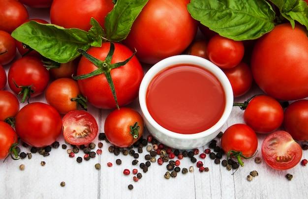 Schüssel mit tomatensauce Premium Fotos