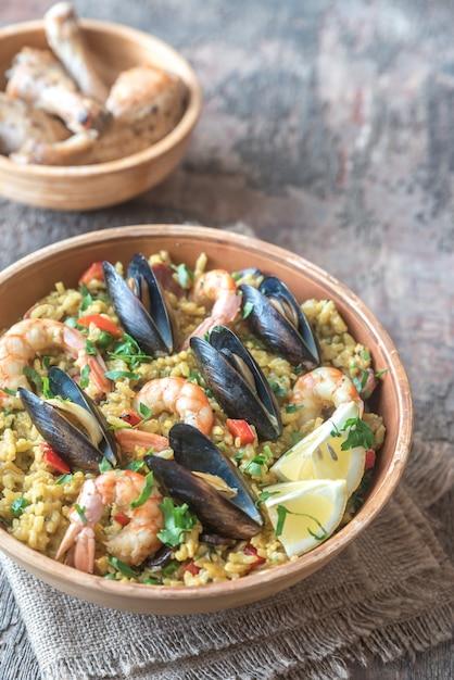 Schüssel paella mit meeresfrüchten Premium Fotos