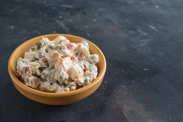 Schüssel traditioneller russischer salat