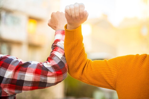 Schütteln sie nicht die hand. stoppen sie handshakes. coronavirus epidemie. Premium Fotos