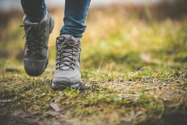 Schuhe in einem wald Premium Fotos