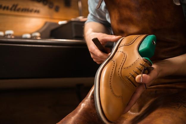 Schuhmacher in der werkstatt schuhe machen Kostenlose Fotos