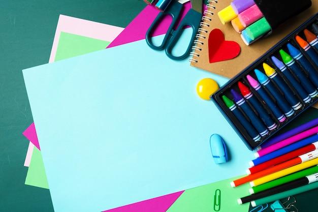 Schul- und büromaterial an tafel Premium Fotos