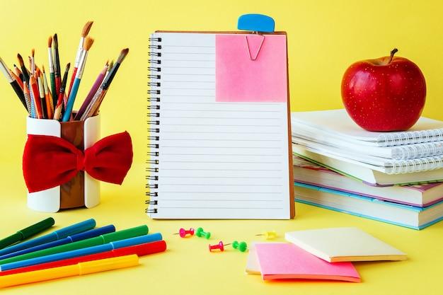 Schul- und bürozubehör auf klassenzimmertabelle auf gelb Premium Fotos