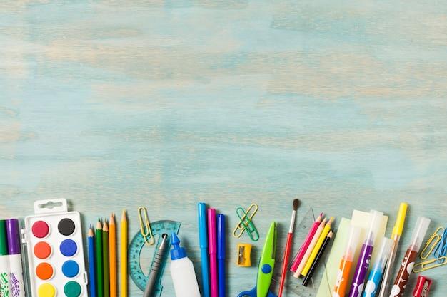 Schulbedarf auf aquarellhintergrund Premium Fotos