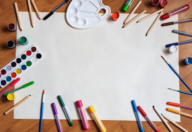 Schulbedarf auf einem hölzernen schreibtischhintergrund Premium Fotos