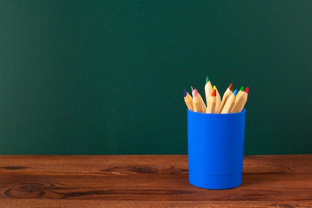Schulbedarf auf einem holztisch- und tafelhintergrund Premium Fotos