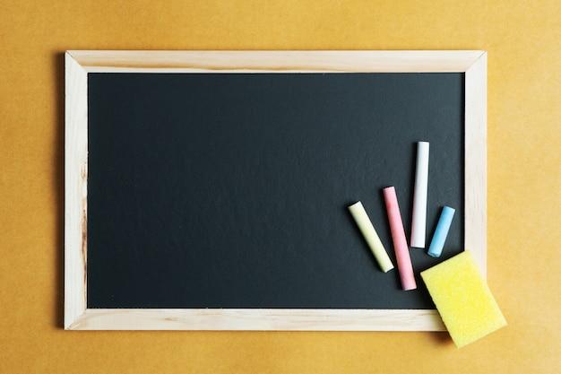 Schulbedarf auf tafelhintergrund. zurück zum schulkonzept Premium Fotos