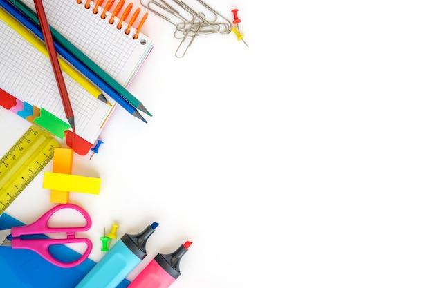 Schulbedarf auf weißem hintergrund. freier platz für text. ansicht von oben Premium Fotos