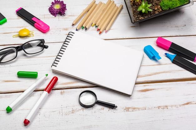 Schulbedarf, briefpapierzubehör auf holz Premium Fotos