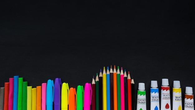 Schulbedarfmodell auf tafelhintergrund mit copyspace Premium Fotos