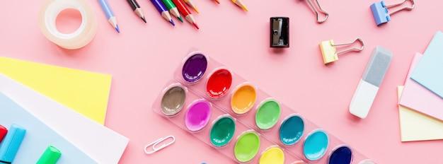 Schulbedarfsbriefpapier, bleistifte, farben, papier auf rosa hintergrund Premium Fotos