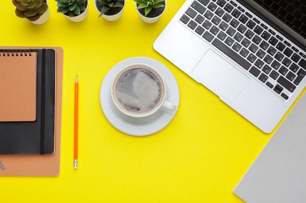 Schulbriefpapier auf einer gelben tabelle ,. kreative, lehrreiche bunte vorlage Premium Fotos