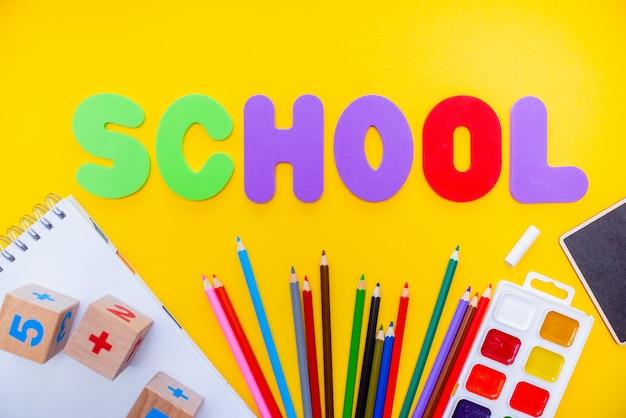 Schule zeichnet notizblock numbs abc-alphabet waterolors an. Premium Fotos