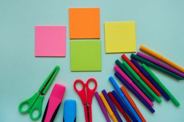 Schulfächer auf einem blauen hintergrund. zurück zum schulkonzept. flach legen, raum kopieren Premium Fotos