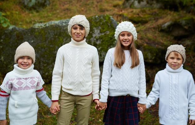 Schulfreunde in den winterferien Kostenlose Fotos