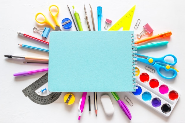 Schulheft und diverses zubehör zum lernen Premium Fotos