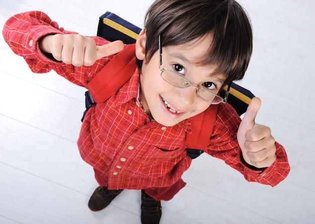 Schuljunge mit rucksack Premium Fotos