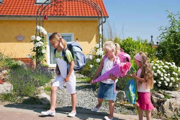 Schulkinder auf dem weg zur schule Premium Fotos