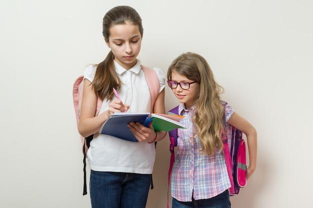Schulkinder freundinnen Premium Fotos
