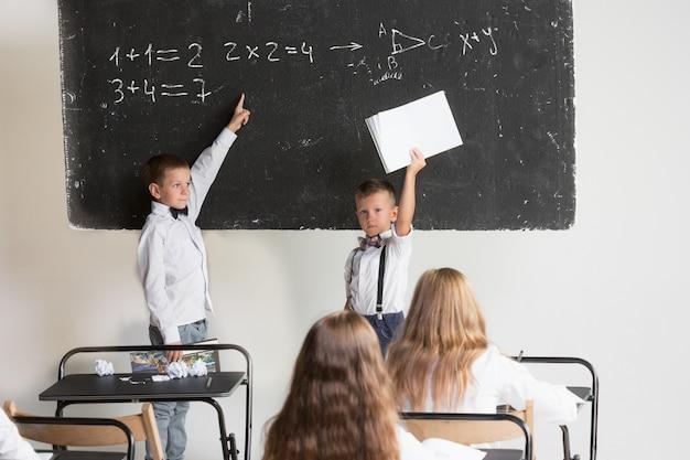 Schulkinder im klassenzimmer im unterricht Kostenlose Fotos