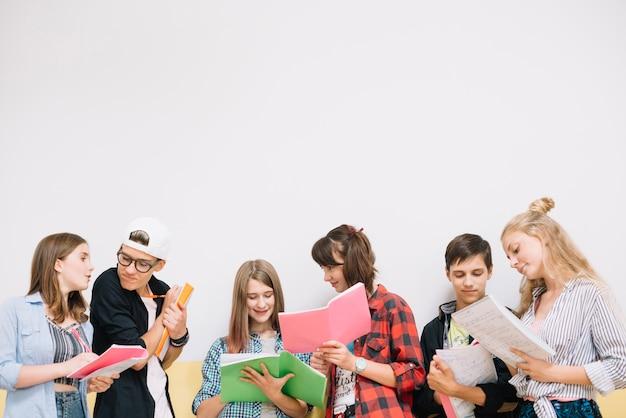 Schulleute coworking mit notizblöcken Premium Fotos