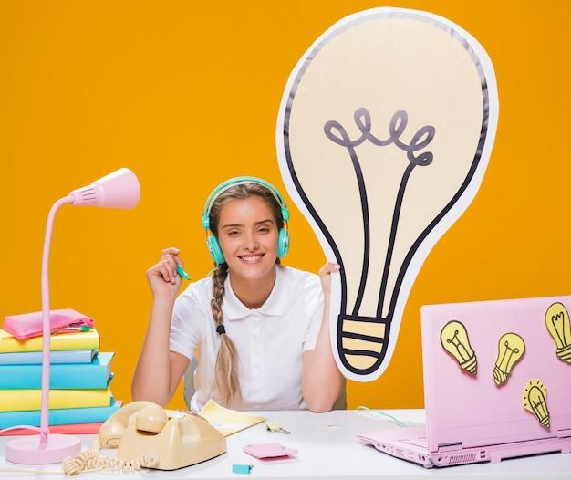 Schulmädchen auf schreibtisch mit laptop in der memphis-art Kostenlose Fotos
