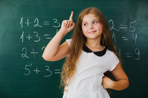 Schulmädchen, die im unterricht auftauchen Kostenlose Fotos