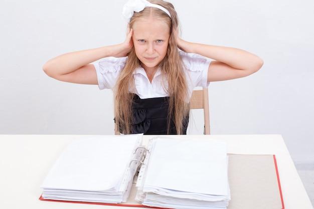 Schulmädchen mit ordnern Kostenlose Fotos
