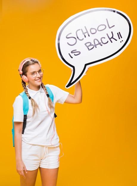 Schulmädchen mit spracheblasenschablone Kostenlose Fotos