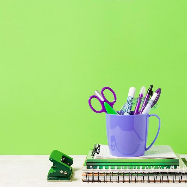 Schulmaterialien mit grünem hintergrund Kostenlose Fotos