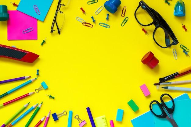 Schulschüler stationery glasses stillleben auf gelbem hintergrund Premium Fotos