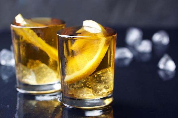 Schuss alkohol mit zitronenscheibe Kostenlose Fotos