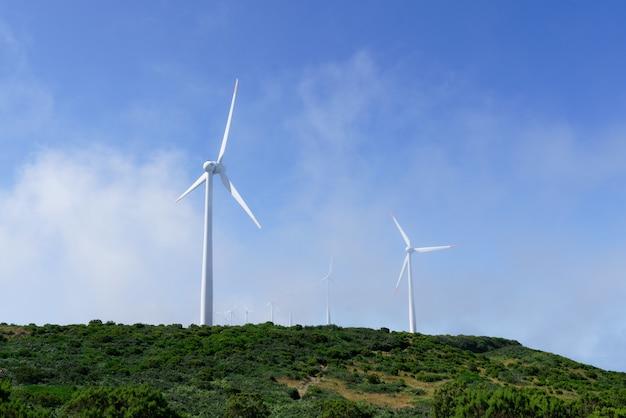Schuss von windkraftanlagen auf den bergen Kostenlose Fotos